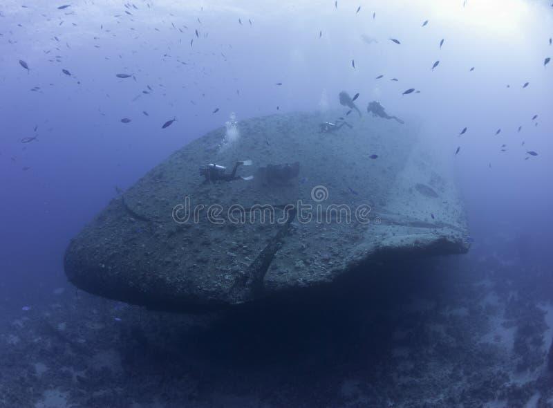 Δύτες σκαφάνδρων που ερευνούν ένα ναυάγιο στοκ φωτογραφίες με δικαίωμα ελεύθερης χρήσης