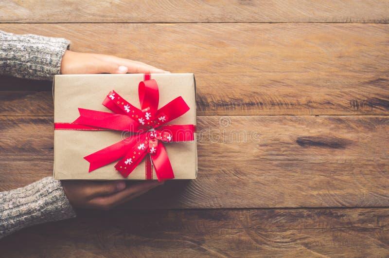 Δώρα εκμετάλλευσης γυναικών για τις ειδικές στιγμές με ειδικό ποιοι στο ξύλο στοκ φωτογραφία με δικαίωμα ελεύθερης χρήσης