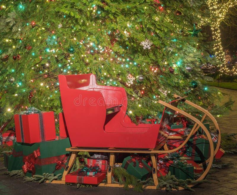Δώρα και έλκηθρο Χριστουγέννων κάτω από το δέντρο στοκ εικόνες με δικαίωμα ελεύθερης χρήσης