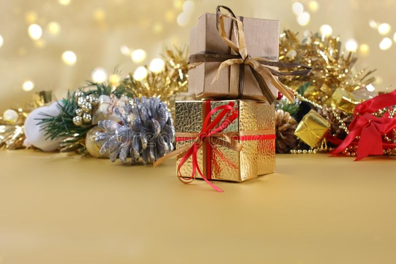 Δώρα και διακοσμήσεις Χριστουγέννων στο χρυσό υπόβαθρο στοκ εικόνα με δικαίωμα ελεύθερης χρήσης