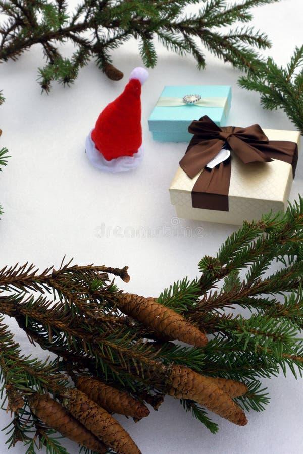 Δώρα και σημειωματάριο Χριστουγέννων που βρίσκονται κοντά στον πράσινο κομψό κλάδο στη μαύρη τοπ άποψη υποβάθρου Διάστημα για το  στοκ φωτογραφίες με δικαίωμα ελεύθερης χρήσης