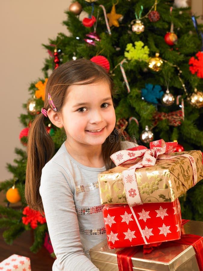 δώρα παιδιών που κρατούν νέ&alpha στοκ φωτογραφία