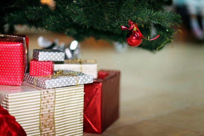 Δώρα παιχνιδιών διακοσμήσεων χριστουγεννιάτικων δέντρων στοκ φωτογραφία με δικαίωμα ελεύθερης χρήσης