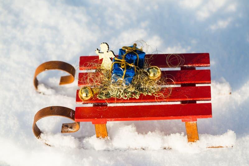 Δώρα στο έλκηθρο στο χιόνι στοκ φωτογραφία