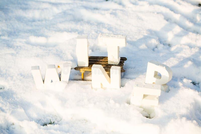 Δώρα στο έλκηθρο στο χιόνι στοκ εικόνες