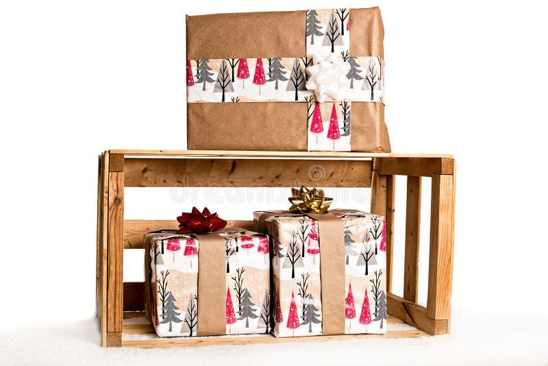 Δώρα στο ξύλινο κλουβί στο χιόνι στοκ εικόνες με δικαίωμα ελεύθερης χρήσης
