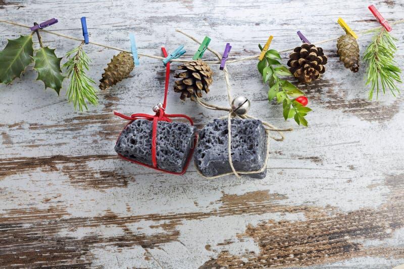 Δώρα Χριστουγέννων άνθρακα, που κρεμούν σε μια σειρά στοκ φωτογραφίες με δικαίωμα ελεύθερης χρήσης