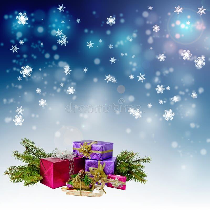 Δώρα Χριστουγέννων και χιονοπτώσεις νύχτας στοκ εικόνες