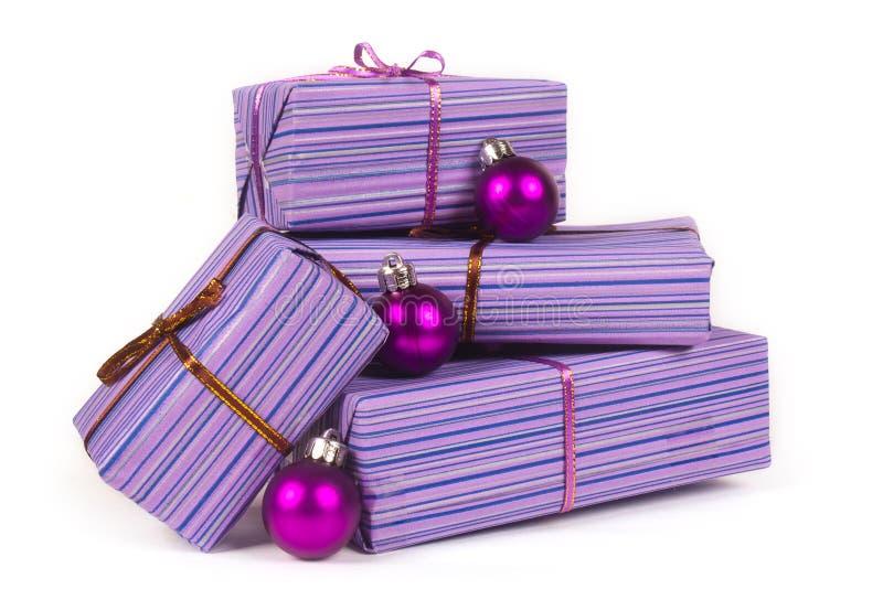δώρα Χριστουγέννων σφαιρών στοκ φωτογραφία με δικαίωμα ελεύθερης χρήσης