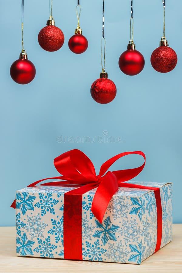 Δώρα Cristmas με τις κόκκινες σφαίρες στοκ εικόνα
