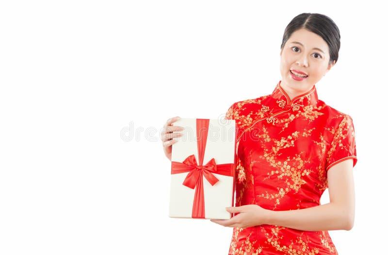Δώρο λαβής γυναικών στο κινεζικό νέο έτος στοκ φωτογραφία