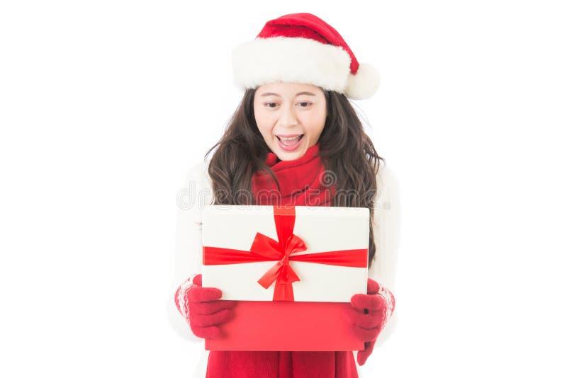 Δώρο ανοίγματος Χριστουγέννων γυναικών έκπληκτο και ευτυχές στοκ εικόνα με δικαίωμα ελεύθερης χρήσης