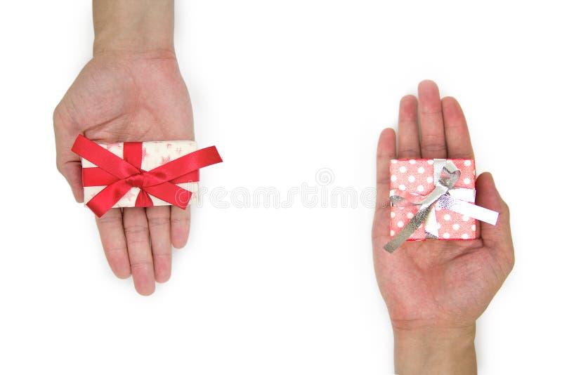 Δώρο εκμετάλλευσης χεριών στο άσπρο υπόβαθρο στοκ φωτογραφία με δικαίωμα ελεύθερης χρήσης