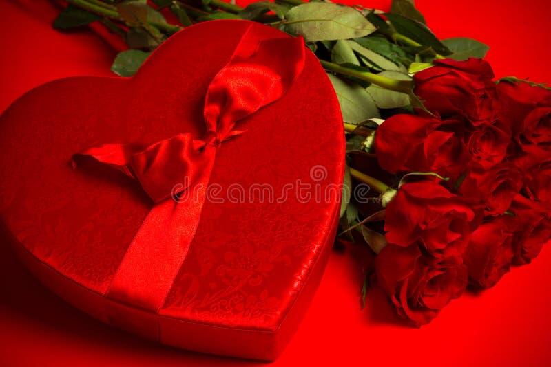 Δώρο ημέρας βαλεντίνου - τριαντάφυλλα και καραμέλα στοκ εικόνα