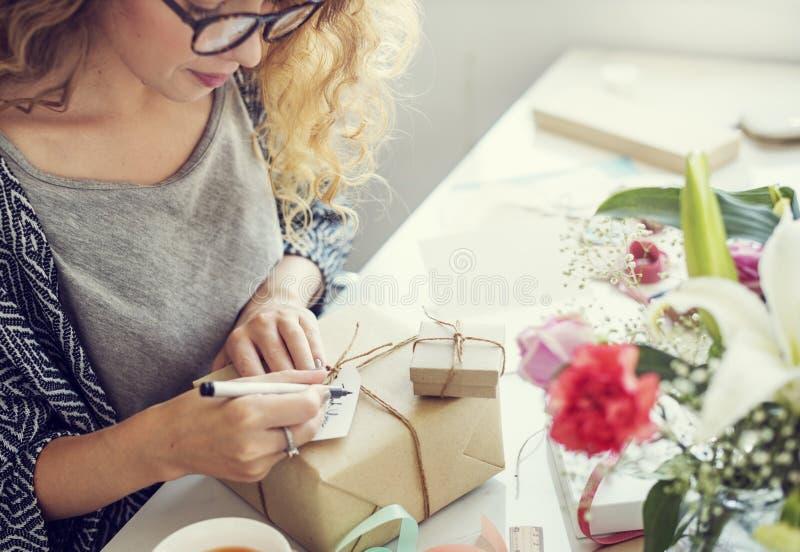 Δώρο καρτών γραψίματος γυναικών παρούσα έννοια στοκ εικόνες