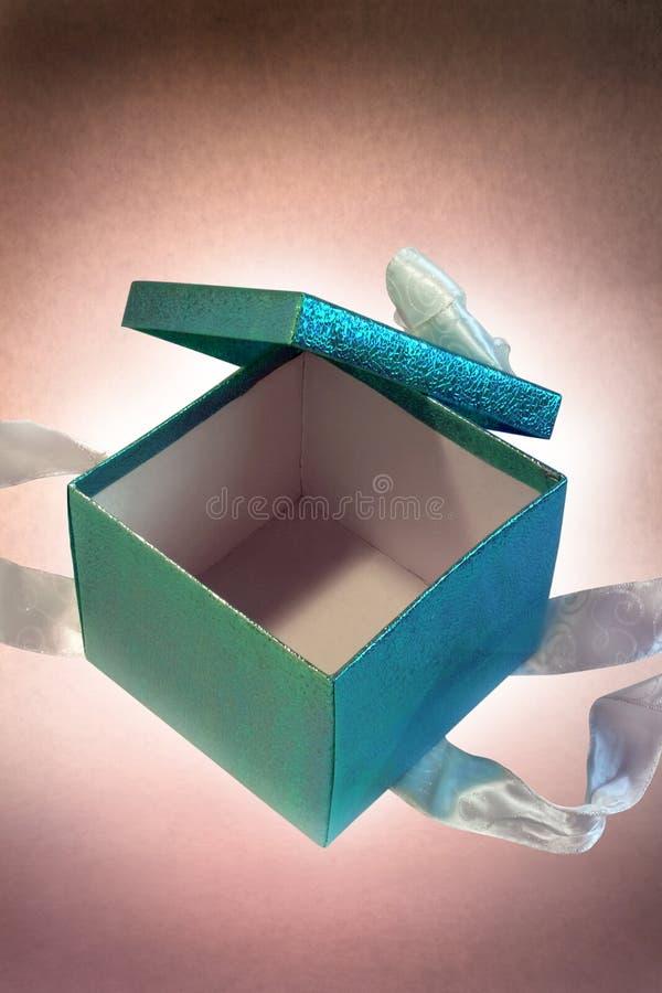 δώρο κιβωτίων που ανοίγο&up στοκ εικόνες