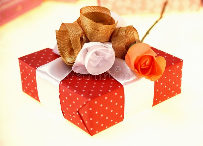 Download δώρο κιβωτίων στοκ εικόνα. εικόνα από αυξήθηκε, τύλιγμα - 106473
