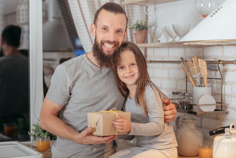 Δώρο κορών πατέρων οικογενειακής ειδικό περίπτωσης στοκ φωτογραφία με δικαίωμα ελεύθερης χρήσης