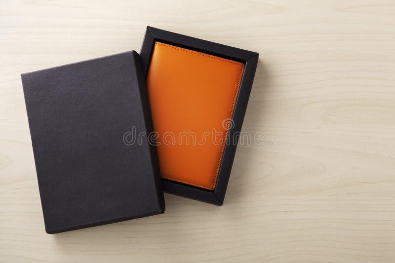 Δώρο περίπτωσης διαβατηρίων δέρματος στο μαύρο κουτί στοκ φωτογραφίες