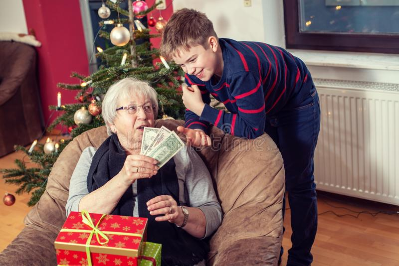 Δώρο χρημάτων για τον εγγονό στοκ φωτογραφία