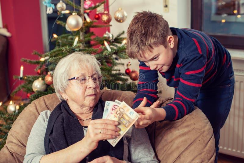 Δώρο χρημάτων για τον εγγονό στοκ εικόνες