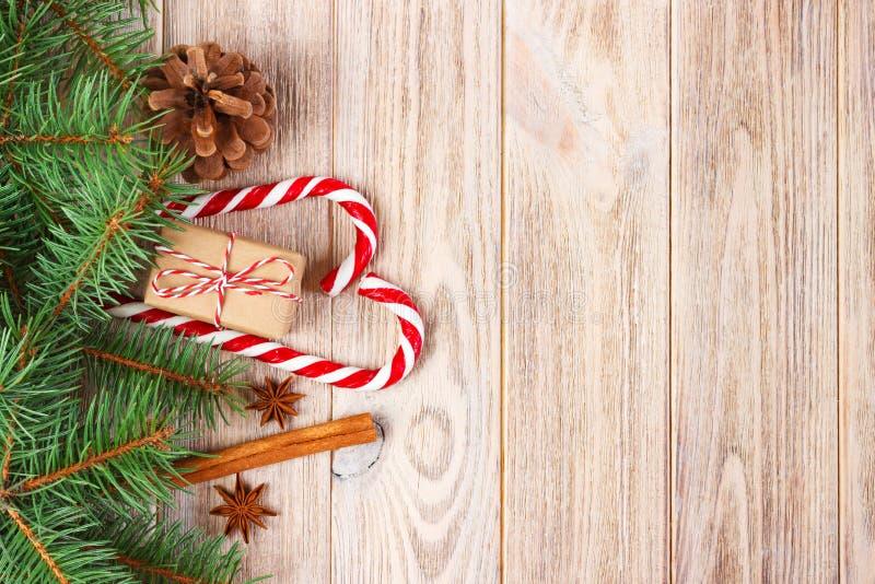 Δώρο Χριστουγέννων, κάλαμοι καραμελών και snowflakes σε ένα ξύλινο υπόβαθρο στοκ φωτογραφίες με δικαίωμα ελεύθερης χρήσης