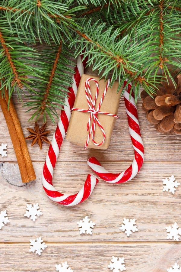 Δώρο Χριστουγέννων, κάλαμοι καραμελών και snowflakes σε ένα ξύλινο υπόβαθρο στοκ φωτογραφία με δικαίωμα ελεύθερης χρήσης