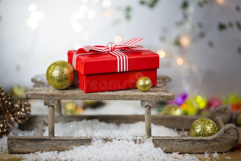 Δώρο Χριστουγέννων με τις σφαίρες χριστουγεννιάτικων δέντρων, στοκ εικόνες με δικαίωμα ελεύθερης χρήσης