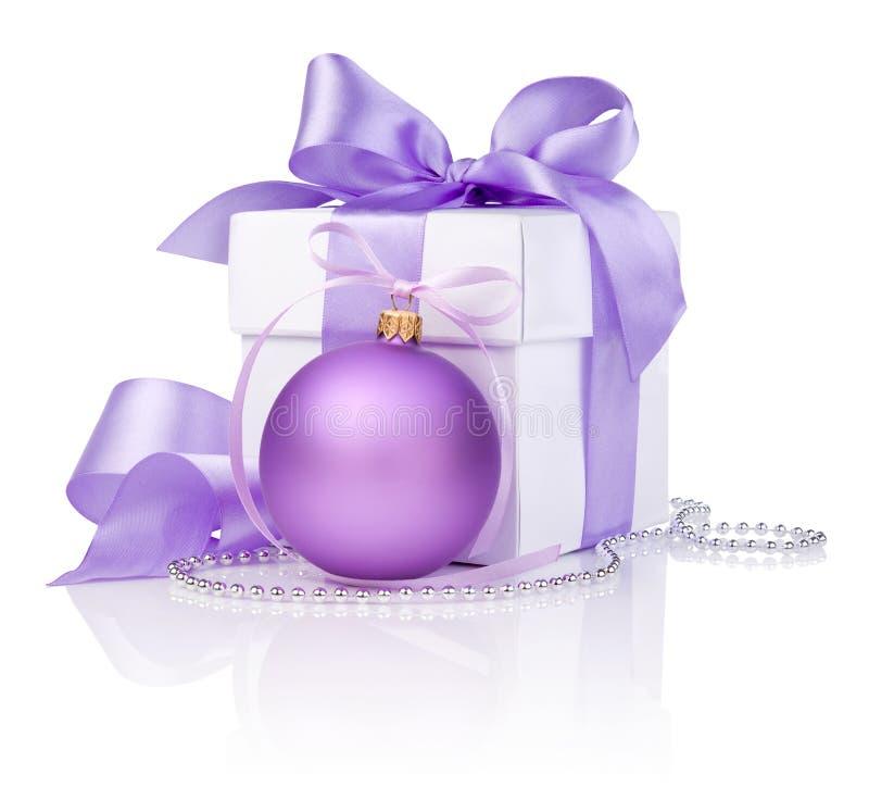 Δώρο Χριστουγέννων με το πορφυρό τόξο σφαιρών και κορδελλών στοκ εικόνες