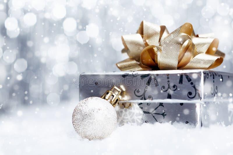 Δώρο Χριστουγέννων στο μειωμένο χιόνι στοκ εικόνες