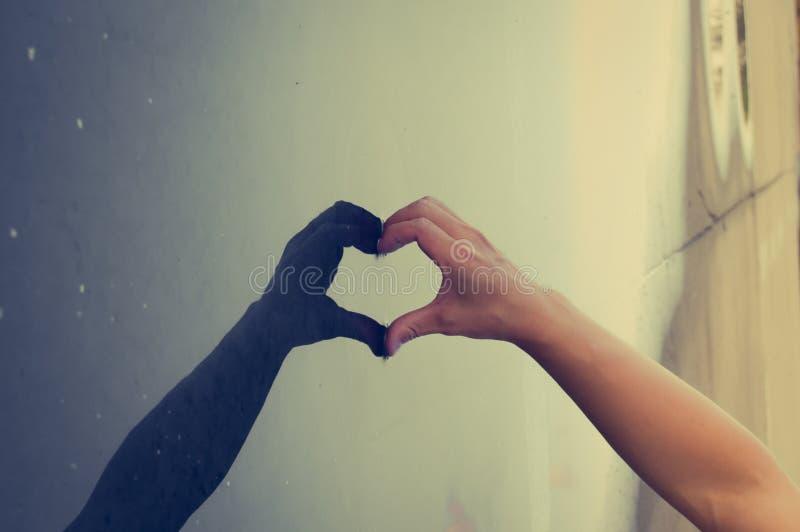Δώστε την καρδιά με το είναι σκιά στοκ φωτογραφίες με δικαίωμα ελεύθερης χρήσης