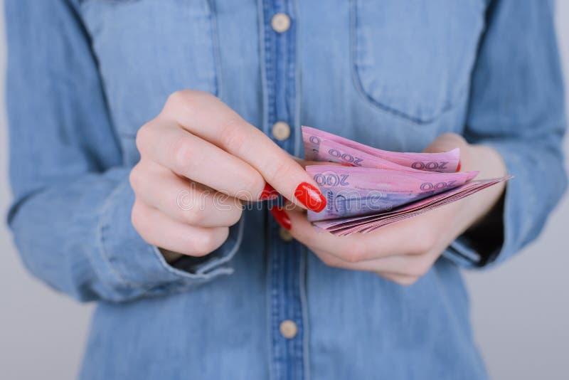Δώστε τον επενδυτή μεσιτών ενεχυροδανειστηρίων ενδιαφέροντος χρέωσης φόρου λογαριασμών στοκ φωτογραφίες με δικαίωμα ελεύθερης χρήσης