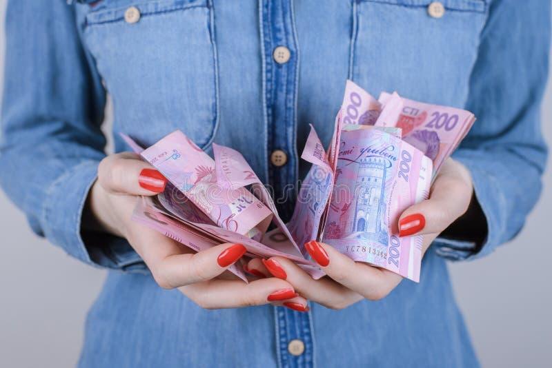 Δώστε τον επενδυτή μεσιτών ενεχυροδανειστηρίων ενδιαφέροντος χρέωσης φόρου λογαριασμών στοκ φωτογραφία με δικαίωμα ελεύθερης χρήσης