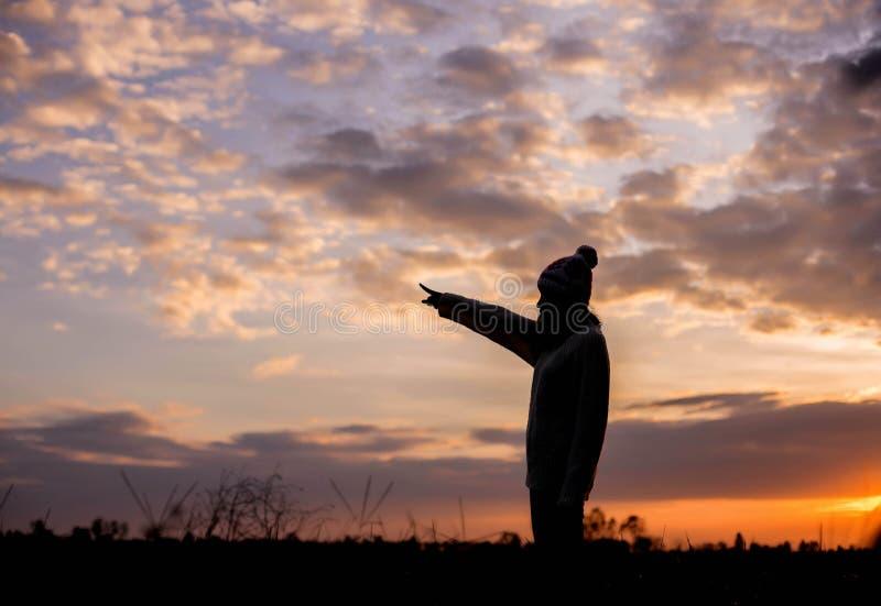 Δώστε το δώρο την ημέρα του περπατήματος κοριτσιών LoveRomantic σε έναν τομέα στο φως ηλιοβασιλέματος Χειμώνας, ζωή φθινοπώρου στοκ εικόνες με δικαίωμα ελεύθερης χρήσης