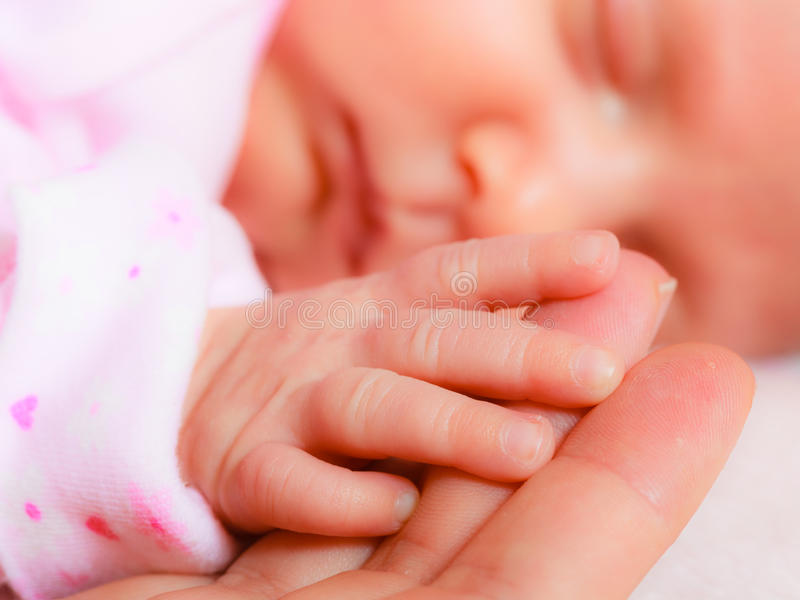 Δώστε το κοριτσάκι ύπνου στο φοίνικα της μητέρας στοκ εικόνα με δικαίωμα ελεύθερης χρήσης