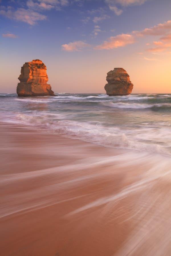 Δώδεκα απόστολοι στο μεγάλο ωκεάνιο δρόμο, Αυστραλία στο ηλιοβασίλεμα στοκ εικόνες