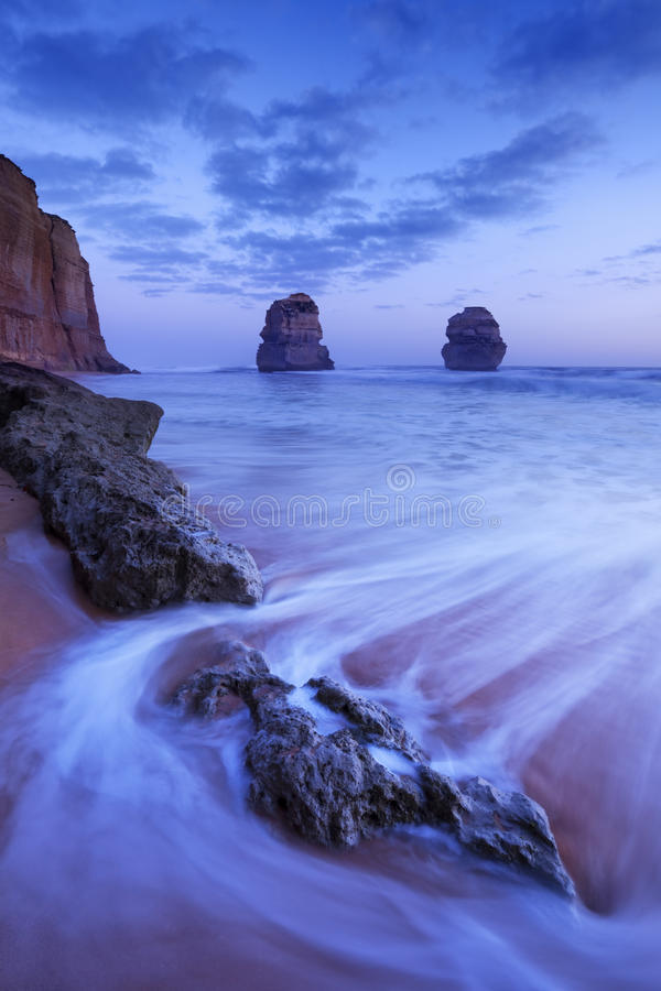 Δώδεκα απόστολοι στο μεγάλο ωκεάνιο δρόμο, Αυστραλία στο σούρουπο στοκ φωτογραφία