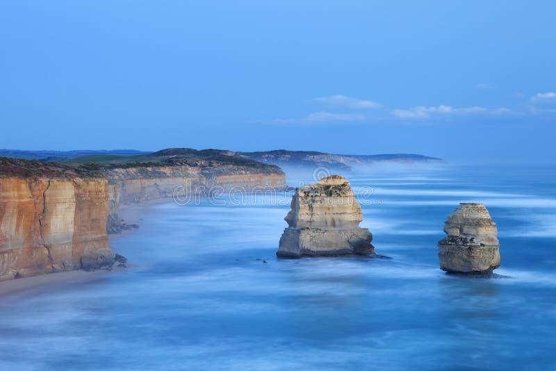 Δώδεκα απόστολοι στο μεγάλο ωκεάνιο δρόμο, Αυστραλία στο σούρουπο στοκ φωτογραφίες