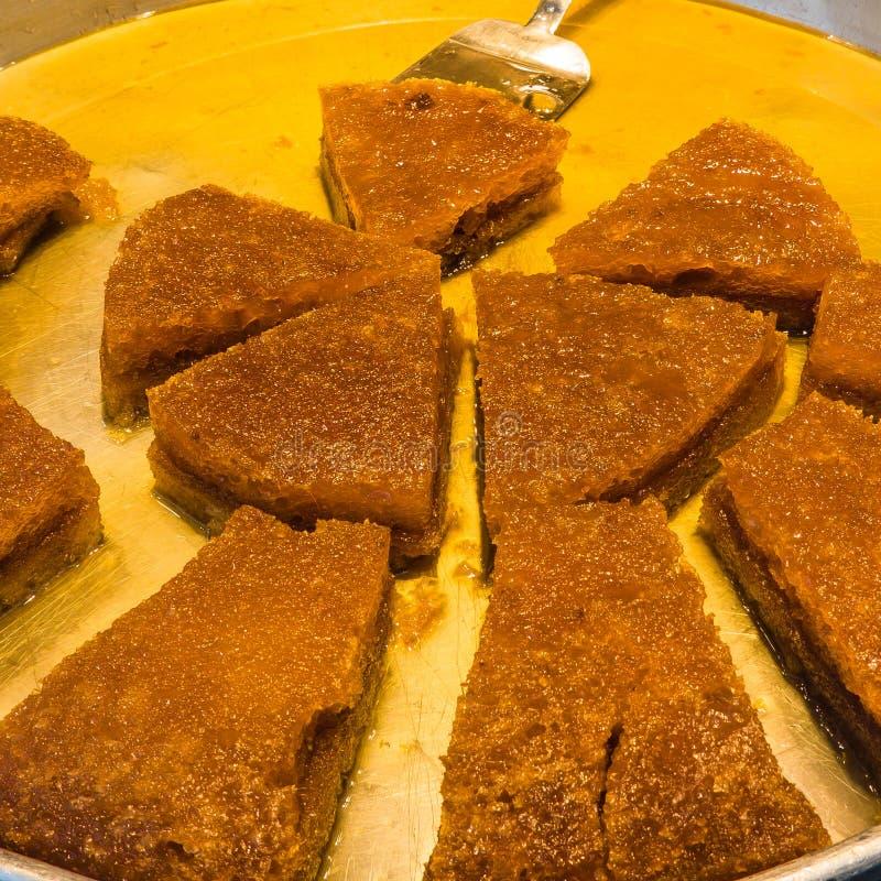 Είδος τουρκικής απόλαυσης, κέικ των καρυδιών και μέλι, που πνίγονται στο έλαιο και απίστευτα το γλυκό στοκ φωτογραφία