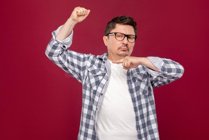 Είμαι ισχυρός Πορτρέτο του υπερήφανου όμορφου μέσου ηλικίας επιχειρησιακού ατόμου στο περιστασιακό ελεγμένο πουκάμισο και eyeglas στοκ εικόνες με δικαίωμα ελεύθερης χρήσης
