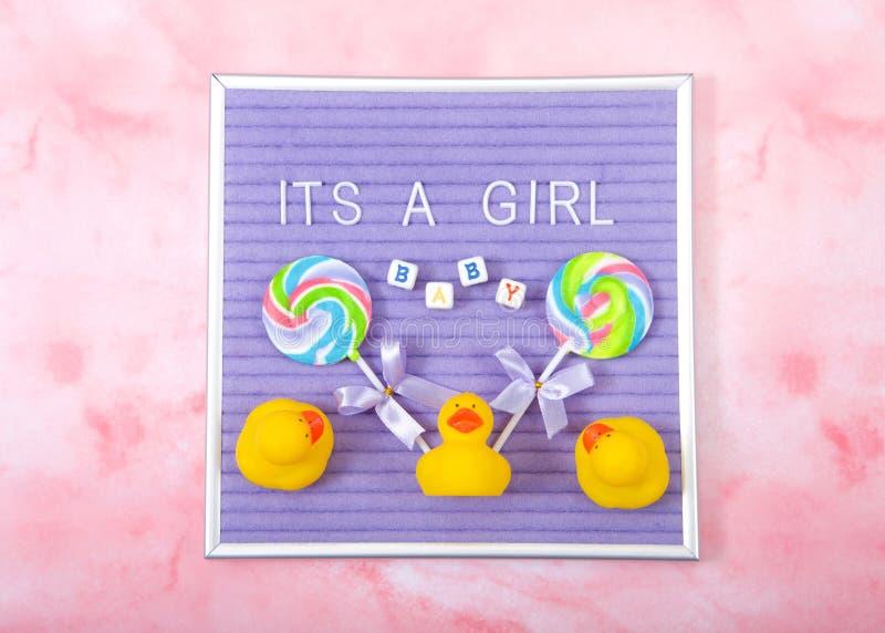 Είναι ένα σημάδι επίδειξης κοριτσιών στο ρόδινο υπόβαθρο στοκ φωτογραφία με δικαίωμα ελεύθερης χρήσης