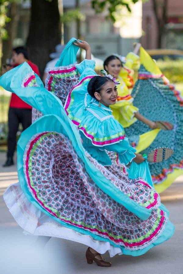 Είναι έτσι να χορεψει ευτυχής στοκ εικόνες