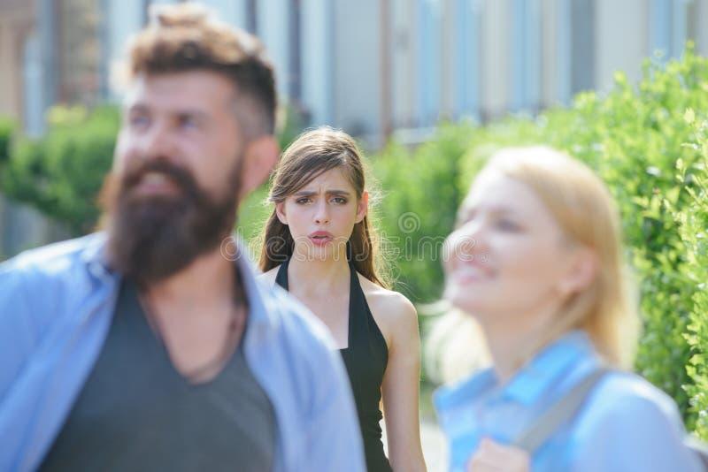 Είναι ζηλότυπη Δυστυχισμένο κορίτσι που αισθάνεται ζηλότυπο Γενειοφόρος άνδρας που εξαπατά τη φίλη του με μια άλλη γυναίκα Η ζηλό στοκ φωτογραφία με δικαίωμα ελεύθερης χρήσης