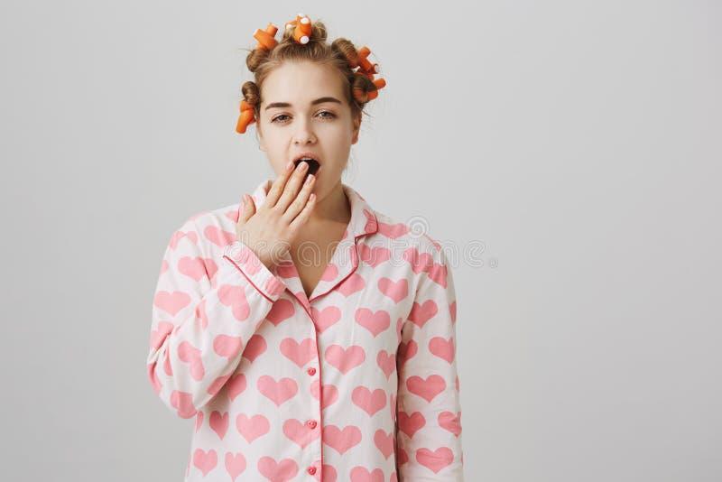 Είναι Ι ήδη όμορφο Πορτρέτο του αστείου χαριτωμένου καυκάσιου κοριτσιού στο σπίτι, φορώντας τα ρόλερ τρίχας, που προσπαθούν να δη στοκ εικόνες