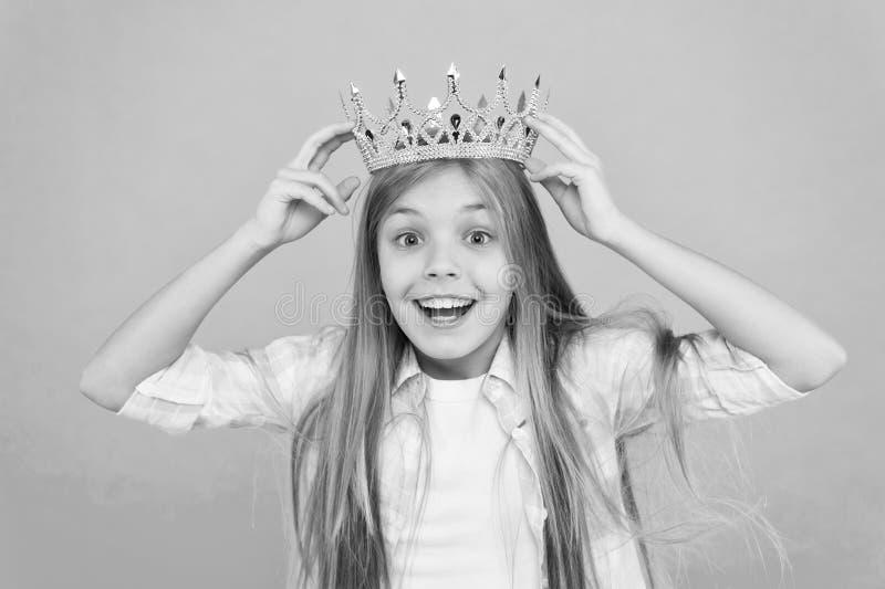 Είναι τέτοια μεγάλη τιμή για με Ο τίτλος χάνει λίγη πριγκήπισσα Μπλε υπόβαθρο κορωνών ένδυσης κοριτσιών Χαριτωμένος συναισθηματικ στοκ φωτογραφίες