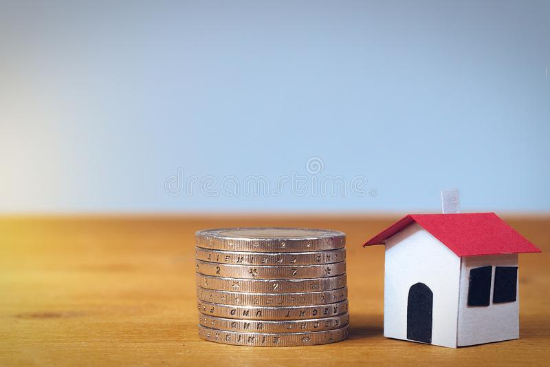 Είναι το σπίτι σας αξίας πόσο κοστίζει; Έννοια υποθηκών στοκ φωτογραφίες