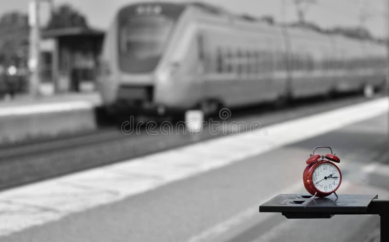 Είναι το τραίνο εγκαίρως στοκ φωτογραφίες
