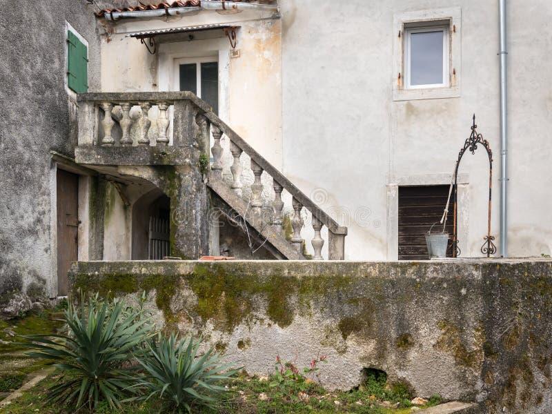 Είσοδος ενός σπιτιού σε Beli, σκαλοπάτια και καλά μια νεφελώδη ημέρα την άνοιξη στοκ εικόνες με δικαίωμα ελεύθερης χρήσης