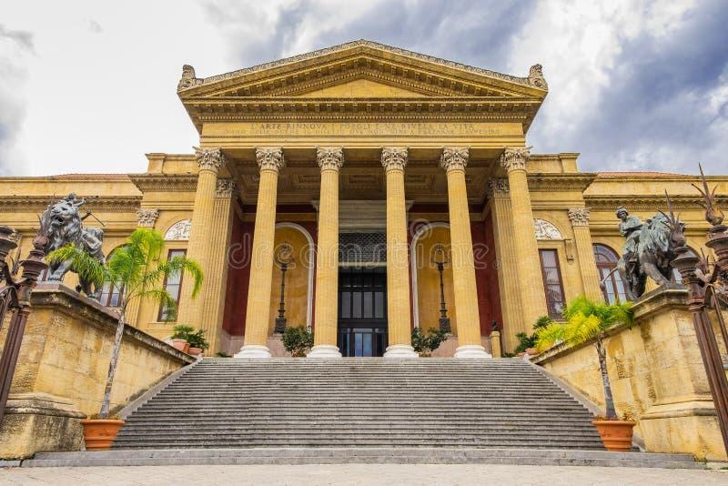 Είσοδος θεάτρων του Massimo στο Παλέρμο, Σικελία, Ιταλία στοκ εικόνες