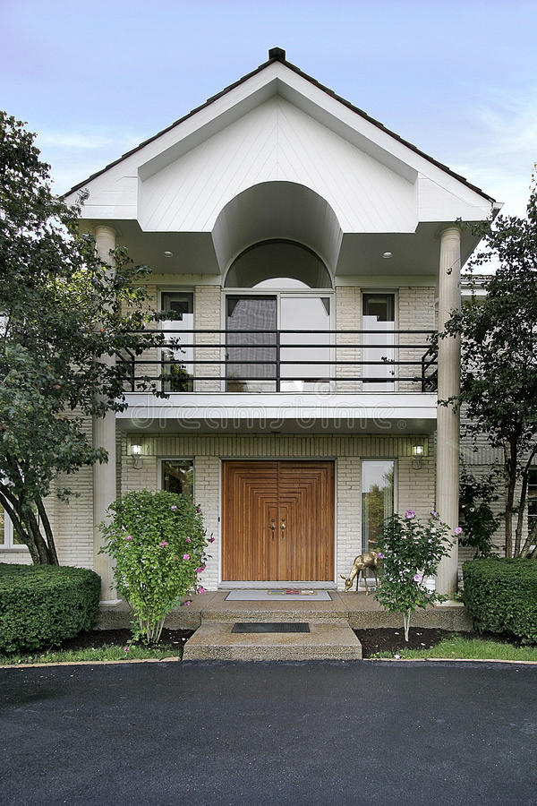 Είσοδος και αψίδα του σπιτιού στοκ εικόνα